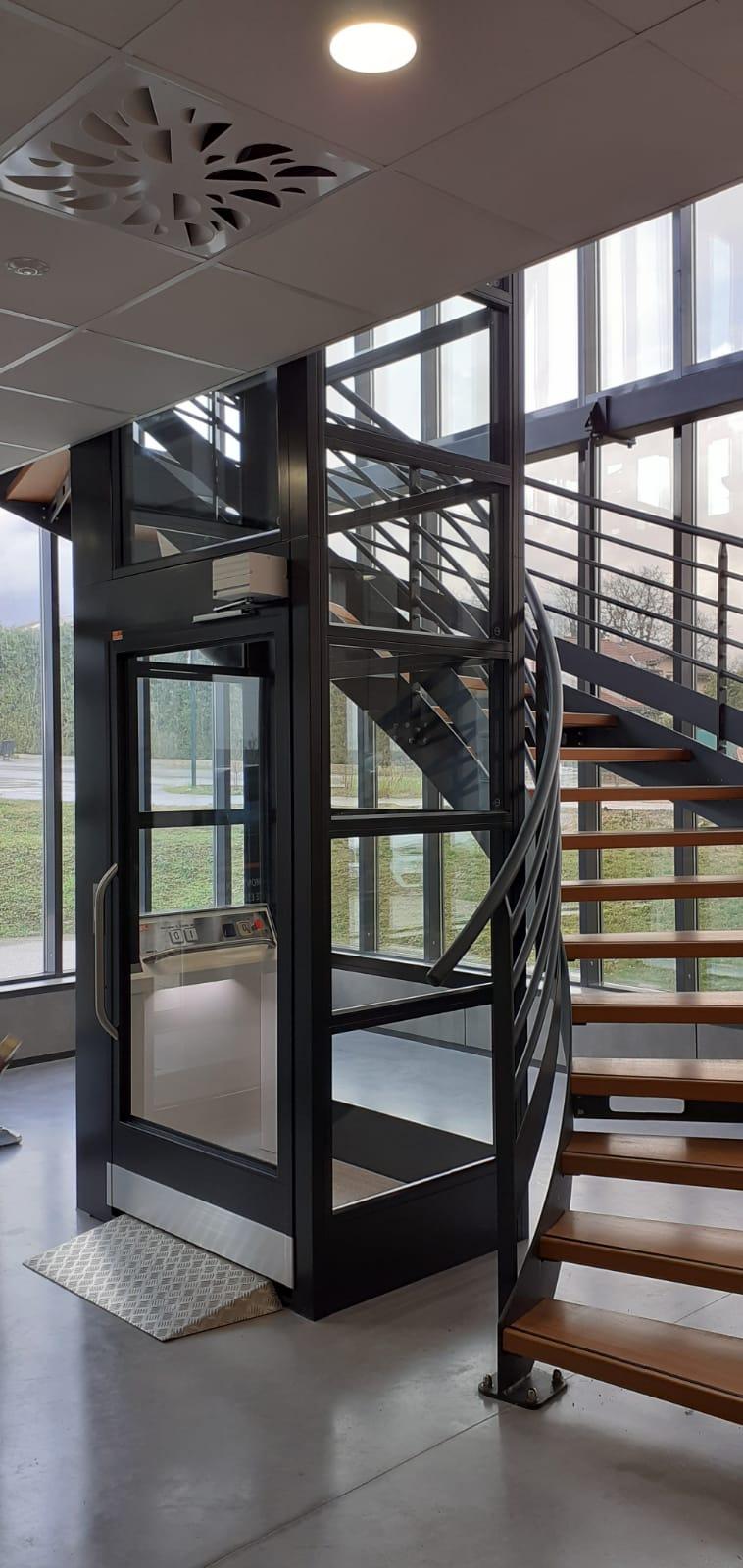 Elévateur structure autoportante vitrée installé en Isère