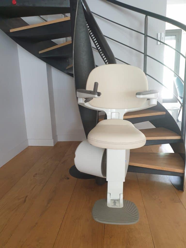 Siège monte escalier courbe sur escalier colimaçon